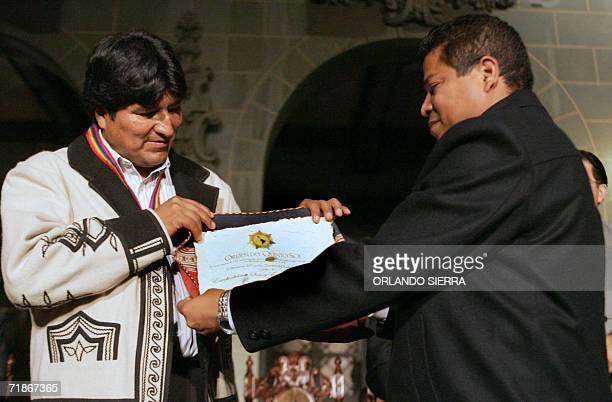 El presidente de Bolivia Evo Morales recibe la Orden del Quinto Sol de manos de Jaime Andrade presidente del Consejo Directivo del Fondo Indigena...