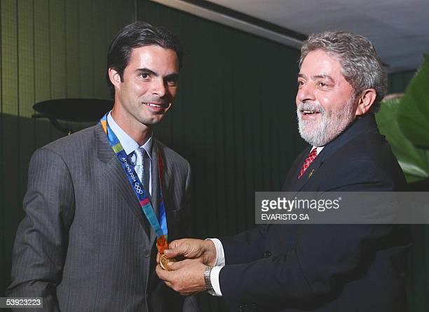 El presidente de Brasil Luiz Inacio Lula da Silva toca la medalla de oro al jinete brasileno Rodrigo Pessoa el 01 septiembre de 2005 en el Palacio de...