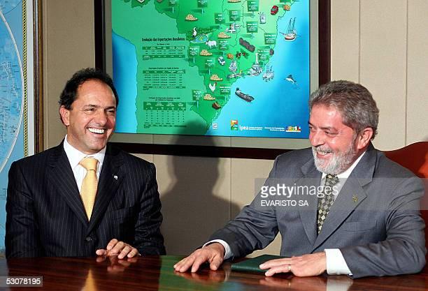El presidente de Brasil Luiz Inacio Lula da Silva y el vice presidente de Argentina, Daniel Scioli, sonrien durante una reunion en el Palacio de...