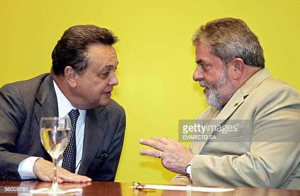 El presidente de Brasil Luiz Inacio Lula da Silva y su ministro de Agricultura Roberto Rodrigues conversan durante la ceremonia de apertura del...