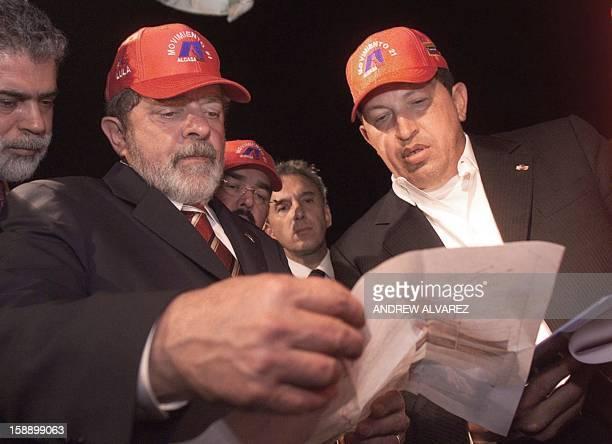 El presidente de Brasil Luiz Inácio Lula da Silva y el mandatario venezolano Hugo Chavez Frias observan los planos de construcción del segundo puente...