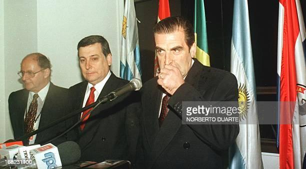 El Presidente de Chile Eduardo Frei da una reunion de prensa a su llegada al aeropuerto Silvio Pettirossi de Asuncion el 14 de Agosto Frei visita el...