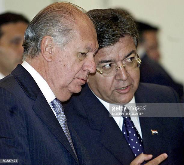 El presidente de Chile Ricardo Lagos escucha al presidente paraguayo Nicanor Duarte Frutos en el Palacio de Gobierno el 14 de mayo de 2004 en...