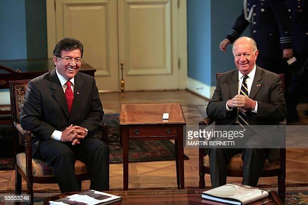 El presidente de Chile Ricardo Lagos sonrie junto a su par de Paraguay Nicanor Duarte durante una reunion en el Palacio de la Moneda en Santiago, el...