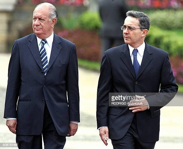 El presidente de Chile, Ricardo Lagos y el de Colombia, Alvaro Uribe, observan la Guardia Presidencial cuando reciben honores militares el 21 de...