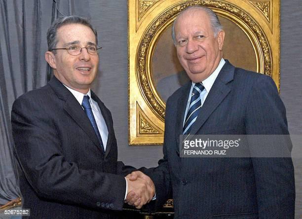 El presidente de Chile Ricardo Lagos y el de Colombia, Alvaro Uribe, se saludan el 21 de abril de 2005 en el Palacio de Narino en Bogota. Lagos se...
