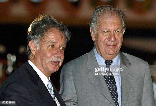 El presidente de Chile Ricardo Lagos y su homologo y anfitrion Oscar Berger arriban a la terminal de la Fuerza Aerea Guatemalteca al sur de Ciudad de...