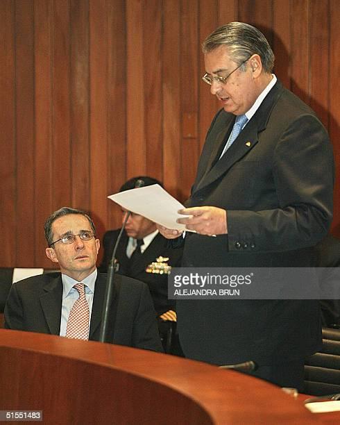 El presidente de Colombia Alvaro Uribe escucha el discurso ofrecido por el Secretario General de la Comunidad Andina de Naciones, Allan Wagner, en...