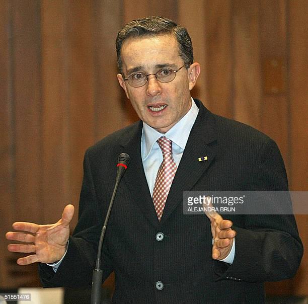 El presidente de Colombia Alvaro Uribe ofrece un discurso ante directivos de la Comunidad Andina de Naciones en Lima el 22 de octubre de 2004 Uribe...