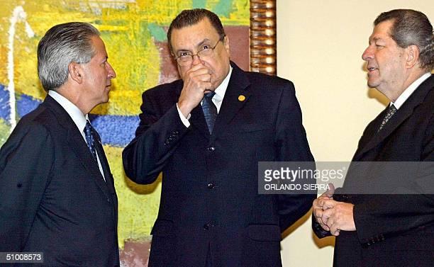 El presidente de Costa Rica Abel Pacheco dialoga con su homologo de Honduras Ricardo Maduro y el vice presidente de Panama Arturo Villariano el 29 de...