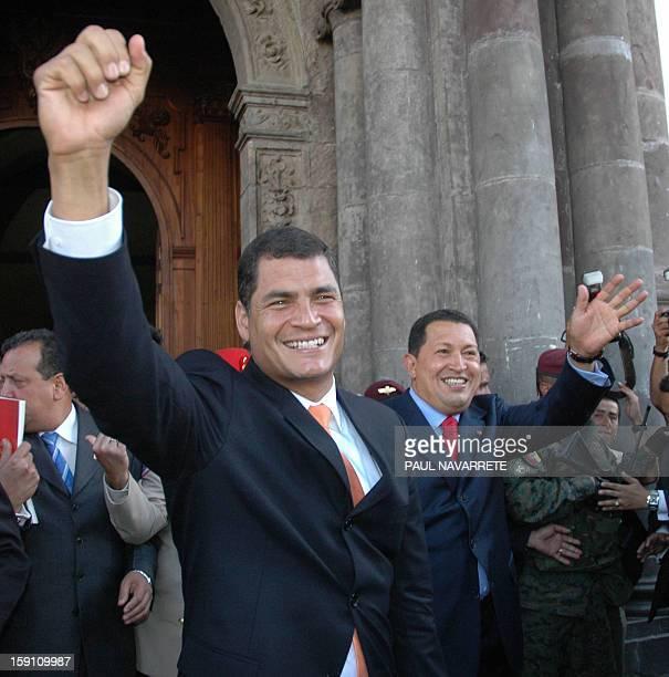 El presidente de Ecuador Rafael Correa saluda a sus simpatizantes al salir junto al presidente venezolano Hugo Chavez de la tumba del mariscal...