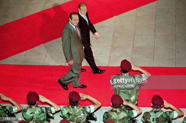 El presidente de Francia Jacques Chirac junto a su homologo de Guatemala Alvaro Arzu recibe saludos militares durante una ceremonia de recepcion en...