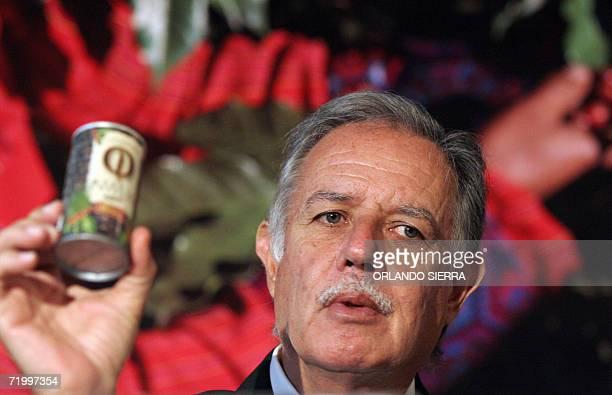 El presidente de Guatemala Oscar Berger muestra a la prensa la nueva bebida a base de cafe lanzada al mercado al inaugurarse el XVII Congreso...
