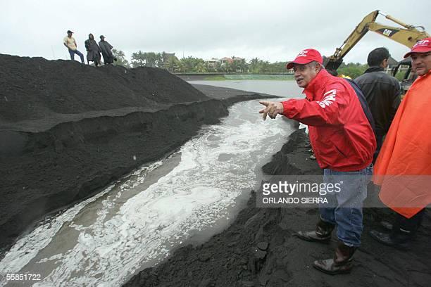 El presidente de Guatemala Oscar Berger presencia la apertura de un dique el 04 de octubre de 2005 en el Puerto de San Jose 100 km al sur de Ciudad...