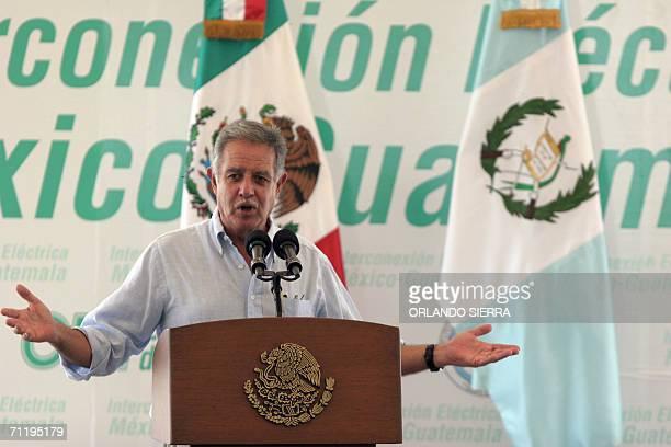 El presidente de Guatemala Oscar Berger pronuncia un discurso al poner en marcha los trabajos de interconexion electrica entre Mexico y Guatemala en...
