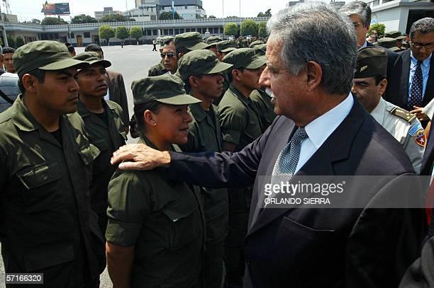 El presidente de Guatemala Oscar Berger saluda a los miembros del Sexto Escuadron de Reserva al ser presentado a la sociedad guatemalteca en Ciudad...