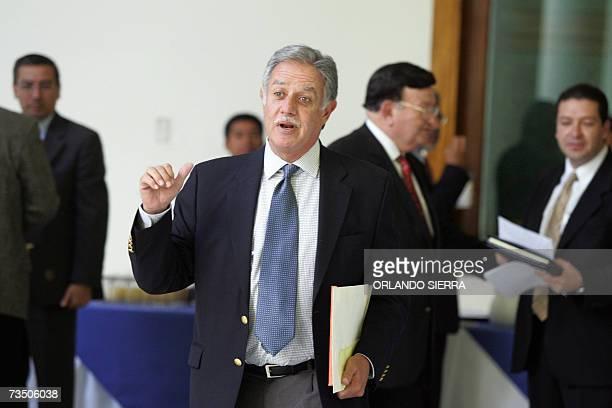 El presidente de Guatemala Oscar Berger se dispone a responder reguntas de la prensa en Ciudad de Guatemala el 06 de marzo de 2007 Berger ordeno la...