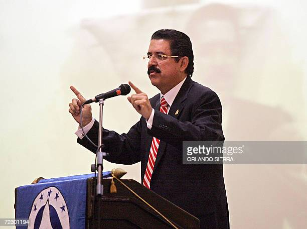 El presidente de Honduras Manuel Zelaya Rosales pronuncia un discurso durante la toma de posesion del diputado salvadoreno Ciro Cruz Zepeda como...