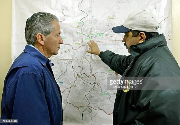 El Presidente de Honduras Ricardo Maduro recibe explicaciones de Jose Angel Herrera jefe de operaciones del Comite de Emergencia Municipal sobre el...