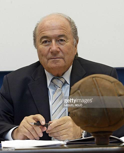 El presidente de la FIFA Joseph Blatter escucha preguntas durante una conferencia de prensa el 04 de octubre de 2005 en el Museo del Futbol en...