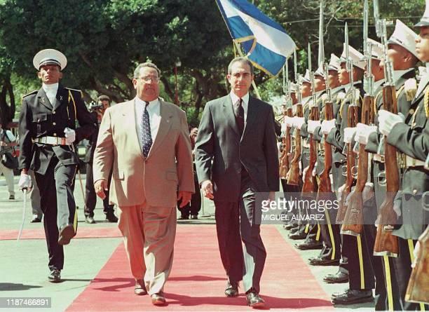 El presidente de Mexico Ernesto Zedillo junto a su homologo de Nicaragua Arnoldo Aleman pasa revista a la Guardia de Honor 18 de diciembre durante la...
