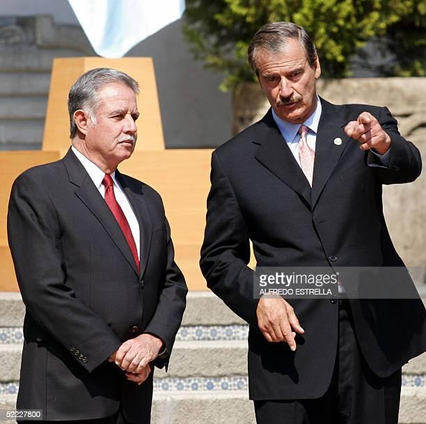 El presidente de Mexico Vicente Fox conversa con su homologo de Guatemala Oscar Berger en la ceremonia de recepcion en la residencia oficial de los...