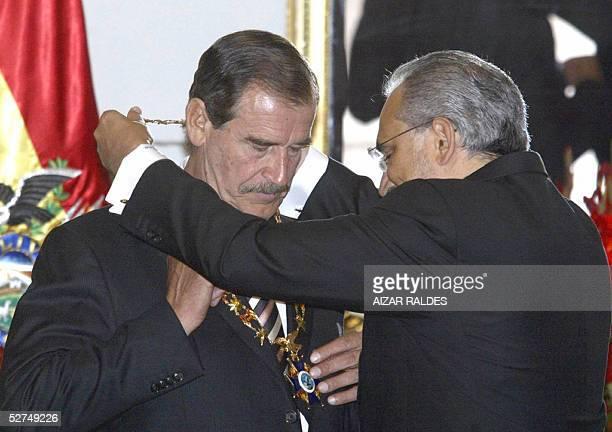 El presidente de Mexico Vicente Fox es condecorado por su homologo de Bolivia Carlos Mesa, con el Condor de Los Andes en Grado de Gran Collar, el 02...