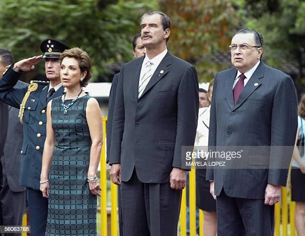 El presidente de Mexico, Vicente Fox junto a su esposa Marta Sahagun y el mandatario costarricense, Abel Pacheco, entonan el himno nacional de Mexico...