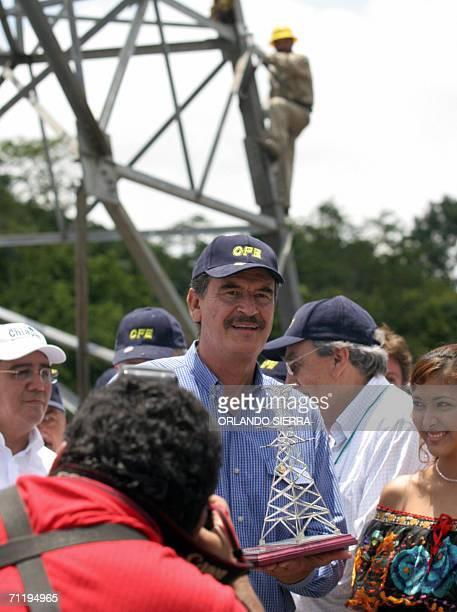 El presidente de Mexico Vicente Fox muestra a la prensa una replica de una torre de transmision en Tapachula en el estado de Chiapas el 13 de junio...