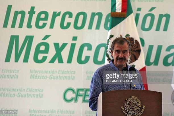 El presidente de Mexico Vicente Fox ofrece un discurso al poner en marcha los trabajos de interconexion electrica entre Mexico y Guatemala en...