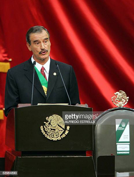 El presidente de Mexico Vicente Fox presenta su informe anual ante la Camara de Diputados el 01 de setiembre de 2005 en el palacio legislativo de...