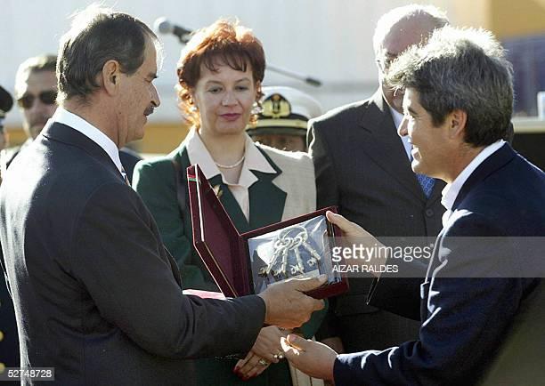 El presidente de Mexico Vicente Fox recibe las llaves de la ciudad de El Alto de manos del alcalde de esta ciudad, vecina a La Paz, Jose Luis...