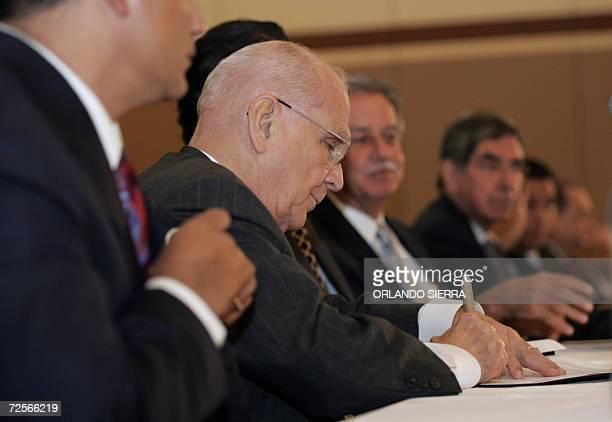 El presidente de Nicaragua Enrique Bolanos firma la Declaracion de Guatemala en Ciudad de Guatemala el 15 de noviembre de 2006 Los gobernantes...
