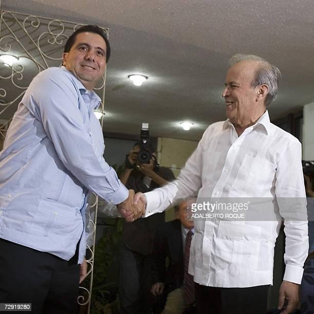 El presidente de Panama, Martin Torrijos se saluda con el presidente del Parlamento cubano Ricardo Alarcon, el 03 de enero de 2007 en La Habana....