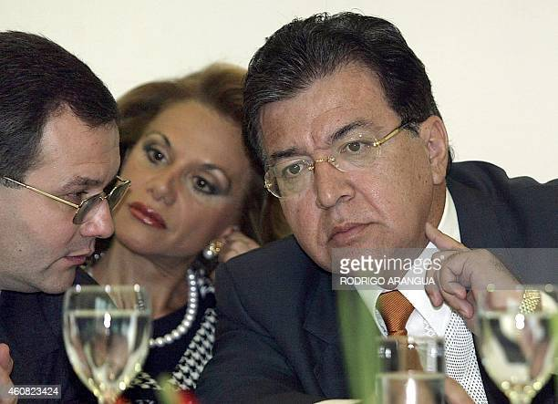 El presidente de Paraguay Nicanor Duarte conversa con el fiscal paraguayo Oscar Latorre y con su Canciller Leila Rachid el 07 de marzo de 2005 en...