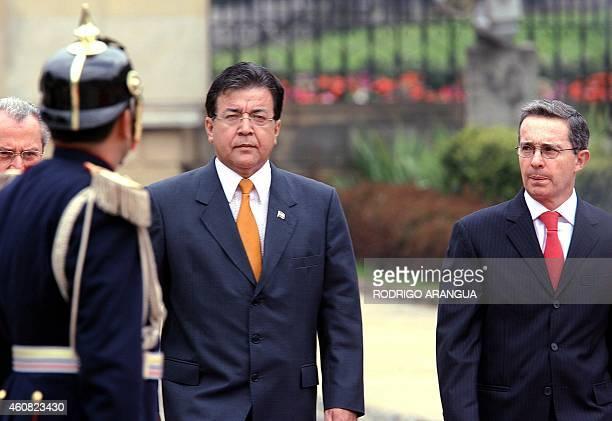 El presidente de Paraguay Nicanor Duarte pasa revista a la guardia presidencial acompañado por su homologo de Colombia Alvaro Uribe el 07 de marzo de...