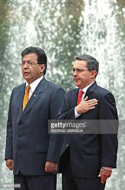 El presidente de Paraguay Nicanor Duarte recibe honores militares junto a su homologo de Colombia Alvaro Uribe el 07 de marzo de 2005 durante una...