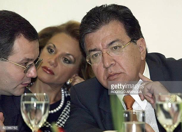 El presidente de Paraguay Norberto Duarte conversa con el fiscal paraguayo Oscar Latorre y con su Canciller Leila Rachid el 07 de marzo de 2005 en...