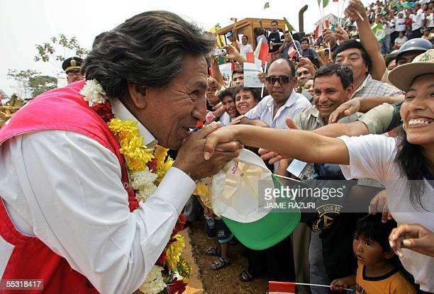 El presidente de Peru Alejandro Toledo besa la mano de una habitante de Puerto Maldonado antes del acto de inauguracion de la construccion de la...