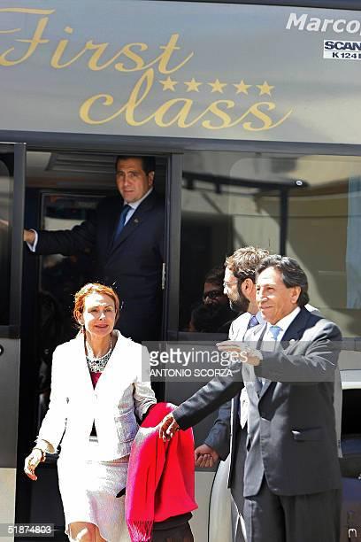 El presidente de Peru Alejandro Toledo camina junto a su esposa Eliane Karp tras descender del omnibus que los traslado al lugar de la ceremonia de...