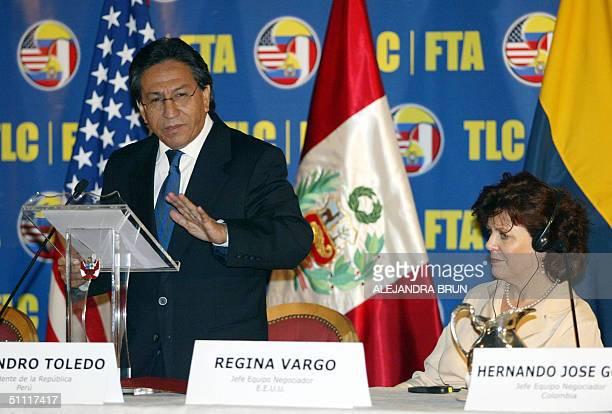 El presidente de Peru Alejandro Toledo junto a Regina Vargo jefa del equipo negociador de Estados Unidos pronuncia el discurso inaugural De la...