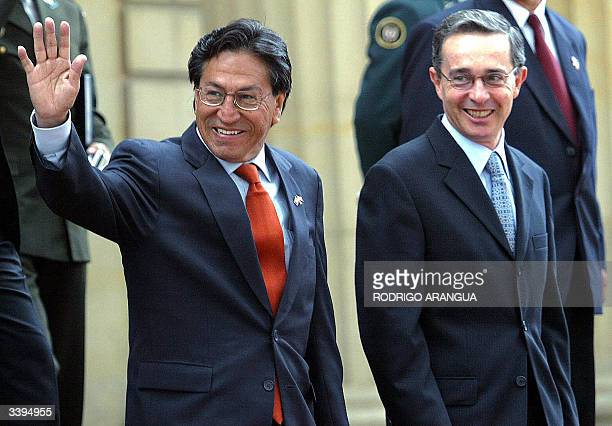El presidente de Peru Alejandro Toledo saluda cuando es acompanado por su homologo Alvaro Uribe de Colombia, el 16 de abril de 2004, a su llegada a...