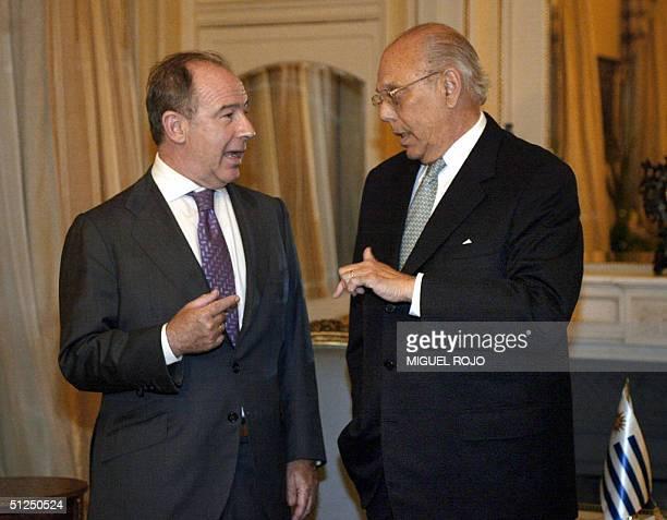 El presidente de Uruguay Jorge Batlle dialoga con el director gerente del Fondo Monetario Internacional Rodrigo Rato el 31 de agosto de 2004 en...