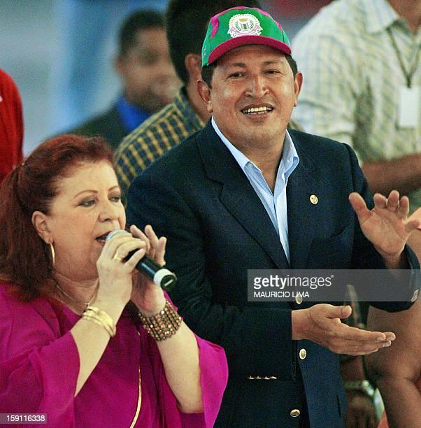 El presidente de Venezuela Hugo Chavez aplaude a la cantante brasilena Beth Carvalho durante su visita a la Escuela de Samba del Carnaval de Rio...