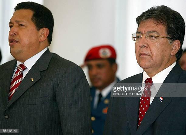 El presidente de Venezuela Hugo Chavez entona el himno nacional junto su homologo paraguayo Norberto Duarte durante una visita al Palacio de...