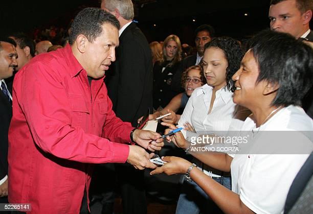 El presidente de Venezuela Hugo Chavez firma autografos a simpatizantes al arribar a un acto el 02 de marzo de 2005 en la Intendencia Municipal de...