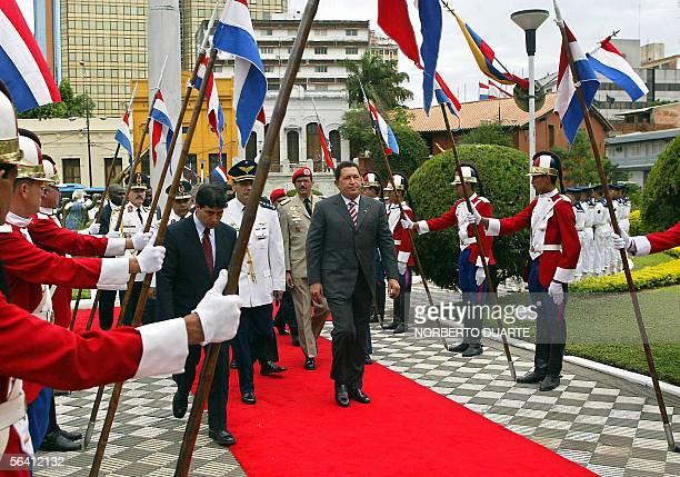 El presidente de Venezuela Hugo Chavez recibe honores militares a su llegada al Palacio de Gobierno el 10 de diciembre de 2005 en Asuncion. Chavez...