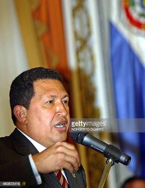 El presidente de Venezuela Hugo Chávez da un discurso luego de firmar un convenio para el suministro de petróleo con su homólogo paraguayo Nicanor...