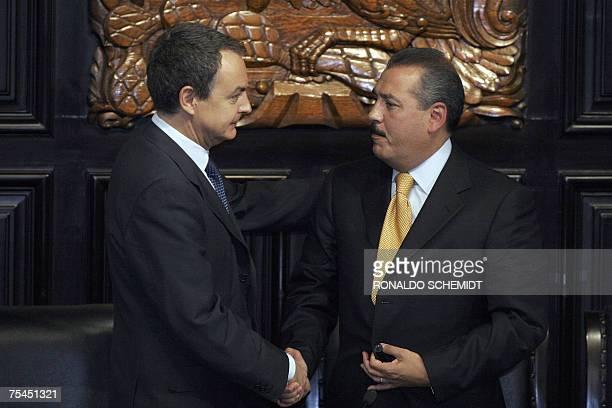 El presidente del gobierno espanol Jose Luis Rodriguez Zapatero saluda al presidente de la mesa directiva de la camara de senadores de Mexico, Manlio...