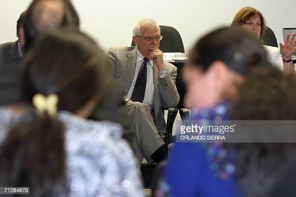 El presidente del Parlamento Europeo Josep Borell se reune con miembros de ONG en Ciudad de Guatemala el 23 de agosto de 2006 Borell llego a...